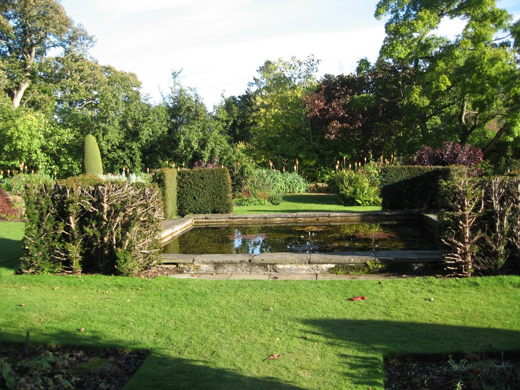 Scotland photos part 5 crathes castle cora buhlert for Castle gardens pool