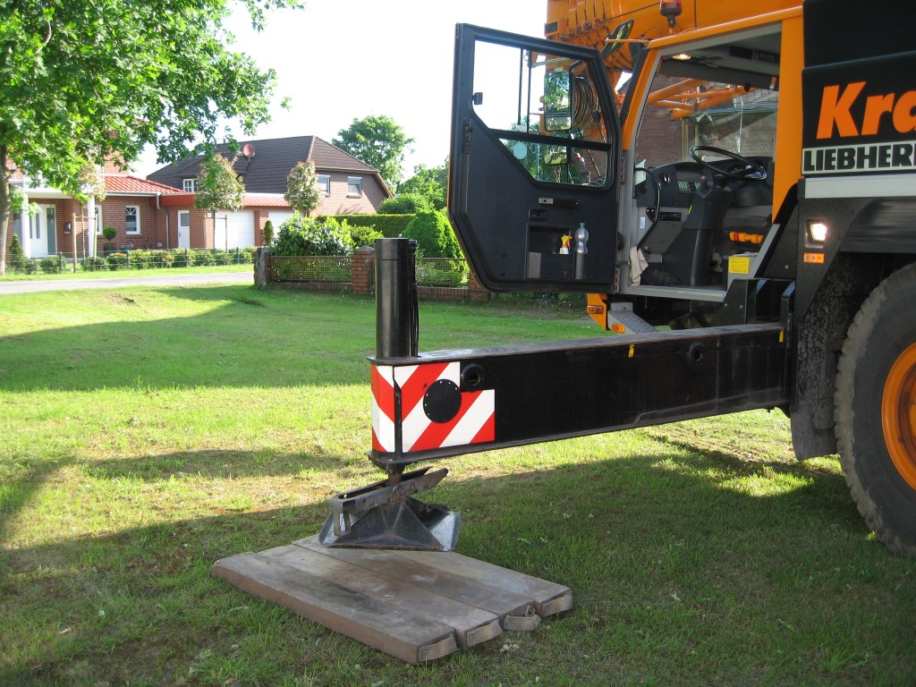 Hydraulic crane supports